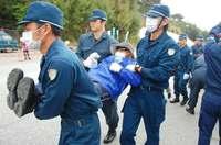 辺野古で抗議の市民、機動隊が強制排除 工事車両31台入る