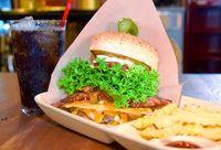 ジャンクだけど野菜もたっぷり 厚み15センチのバーガー、味も満点 宜野湾市大山「BOASORTE」