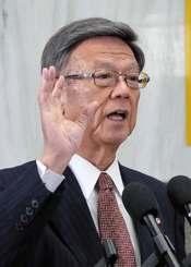 記者団の質問に答える翁長雄志知事=1日、県庁