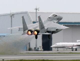 離陸するF15戦闘機=2015年4月、航空自衛隊那覇基地