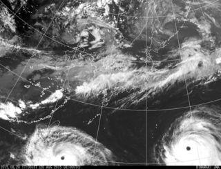 台風15号と16号の衛星写真。台風の目がはっきり見える=20日午後5時現在、気象庁HPから