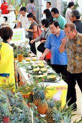 東村特産のパイナップルの試食コーナーは多くの来場者でにぎわった=4日、那覇市久茂地・タイムスビル(金城健太撮影)