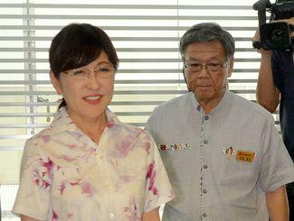 就任後初めて来沖した稲田朋美防衛相(左)。右は翁長知事=9月24日
