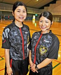 最優秀新人レフェリー賞の比嘉由紀乃さん(右)と名嘉山加奈恵さん=ANAアリーナ浦添