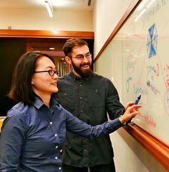 ディスカッションしながらアイデアなどを出し合う森麻紀子さん(左)とザッカリー・W・ベル博士=恩納村・沖縄科学技術大学院大学