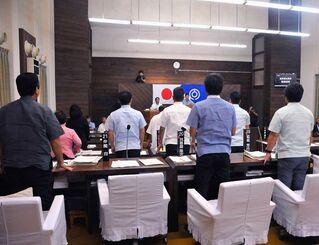 NHK番組への抗議決議について採決が行われ、与党の賛成多数で可決された=17日午後1時ごろ、石垣市議会