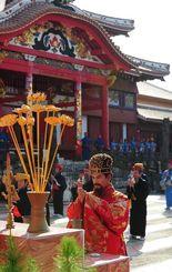 琉球王朝時代の正月行事を再現した「子之方御拝」=1日午前、那覇市の首里城公園