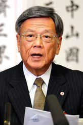 記者からの質問に答える翁長雄志知事=28日、県庁