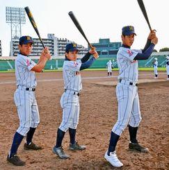 初戦突破の鍵を握る糸満上位打線。(左から)1番池間誉人、2番岡田樹、3番大城龍生=福岡県・北九州市民球場