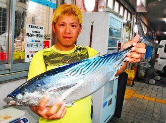 那覇一文字で66センチ、3・22キロのスマガツオを釣った喜友名翔平さん=18日