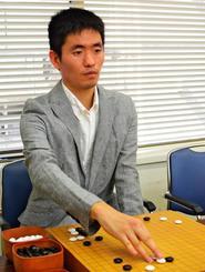 「力をためて最後に一気にぶつけるのが自分の戦い方」と語る玉井伸さん=8月25日、都内の日本棋院