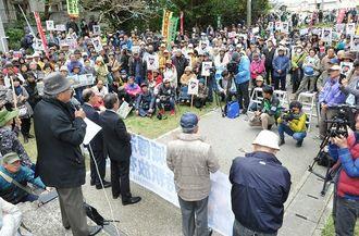 山城博治さんたちの即時釈放を求める大集会に多くの市民が集まった=2月24日(資料写真)