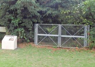 マヤーアブの閉鎖に伴い設置されたフェンスと案内板(県提供)