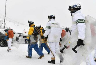 草津国際スキー場の状況を確認するため準備する警察官ら=24日午前9時17分、群馬県草津町