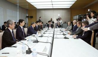 デジタル市場競争会議で発言する菅官房長官(左から3人目)=12日午前、首相官邸