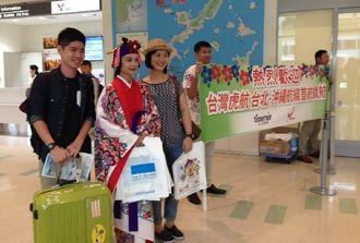 台北から到着し、歓迎を受ける観光客=29日、那覇空港国際線ターミナル