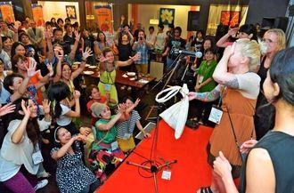 クロージングパーティでは、各国の出演者らが歌や踊りを披露し盛り上げた=3日、那覇市おもろまちのKENNYS