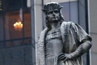 撤去を免れることが決まった探検家コロンブスの像=12日、米ニューヨーク市(UPI=共同)