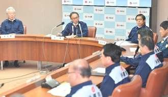 県災害対策本部会議に臨む玉城デニー新知事=4日午前、県庁