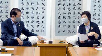 桑江朝千夫市長(左)に保育従事者の早期接種への配慮を求める金城キヨ子会長=22日、沖縄市役所