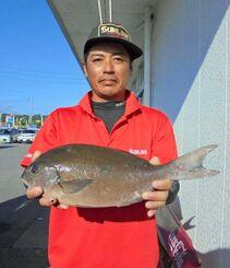 北部海岸で49センチ、1・32キロの尾長グレを釣った親泊健一さん=10月4日