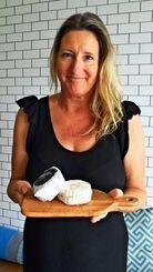 「県外へヤギチーズを広げていきたい」と意気込むパメラ・アンさん=17日、読谷村長浜のリトル・グリーク・キッチン
