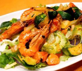 「久米島キャンペーン」で提供されている車エビと島野菜サラダ(島のわ通信提供)