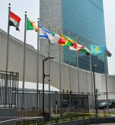 ニューヨークの国連本部に掲揚される加盟国の国旗(共同)