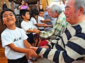 互いの触れ合いを楽しむ子ども達やお年寄りら=11月4日、町大田の福祉施設・家福みー家