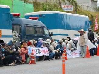 ゲート前で日米首脳の「合意」に反対の声を上げる市民ら=11日、名護市辺野古、キャンプシュワブゲート前