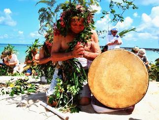 「神」に扮した男性たちが浜辺で山と海の方角に豊作と大漁を祈願した=28日、国頭村安田(山田優介撮影)