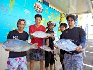 瀬底島で67センチ、5.92キロのマクブを釣った喜屋武努さん(左)=10月18日