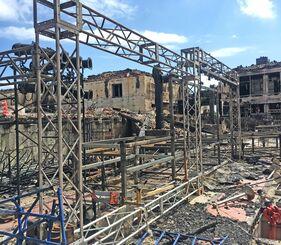 首里城火災で焼損した「組踊上演300周年」イベントの舞台装置=2019年11月2日、首里城公園内の御庭(業者提供)