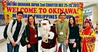 チャーター便でマニラから那覇に到着した観光客ら=25日、那覇空港国際線ビル