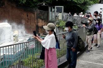 再開した大阪市の天王寺動物園でホッキョクグマを見る人たち=22日午前