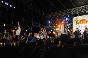 フィナーレで「おかえり南ぬ島」を熱唱するきいやま商店らミュージシャン=石垣港新港地区、特設ステージ