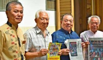 らぷらた報知社の仲松社長(左から2人目)にウチナーンチュ大会の広報協力を依頼した安慶田副知事(同3人目)=9日、ブエノスアイレスの同社
