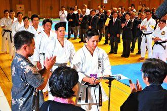 成果/日頃の稽古が実り、閉会式で賞状を受け取る出場者=24日、沖縄空手会館