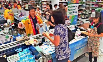 健康食品や自然食品などを販売した県産品フェア=11月14日、シンガポール・クアラルンプール伊勢丹KLCC店(提供)