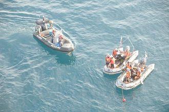 転落した男性を捜索する海保職員ら=4日午前7時2分、伊良部大橋から