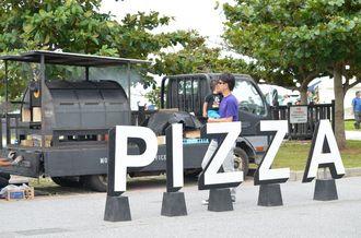 トラックの上のピザ窯やバーベキューグリルなどが設置されている