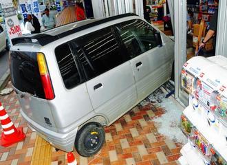歩道に乗り上げ店内に突っ込んだ軽自動車=7日午後5時32分、宮古島市平良西里
