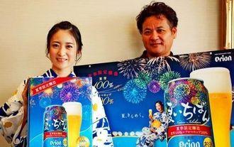 夏いちばんをPRする山内さん(左)と渡慶次課長補佐=16日、沖縄タイムス社