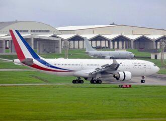 飛来したフランス軍と見られる機体(手前)=21日午後5時50分、米軍嘉手納基地(読者提供)