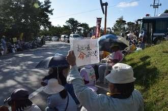 ヘリパッド建設に抗議し、座り込む市民ら=26日午前8時40分すぎ、東村高江・米軍北部訓練場メインゲート前