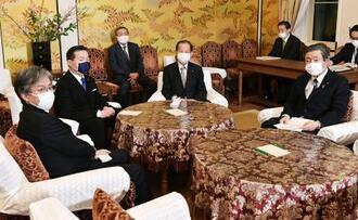 新型コロナウイルス対応の法案修正についての会談に臨む、立憲民主党の福山幹事長(左から2人目)と自民党の二階幹事長(同4人目)=28日午後、国会