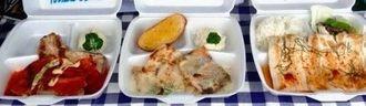 キハダマグロやシイラのステーキに、市内のカフェが作ったソースをかけた商品(ディスカバリー南城提供)