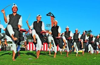 息の合った演舞を披露する平安名青年会=12日、うるま市与那城総合公園陸上競技場(松田興平撮影)