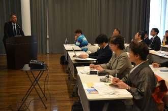 モニターツアーの結果について発表する旅行社の担当者(左)=14日、那覇市松尾の八汐荘