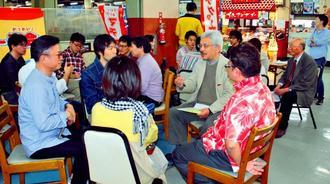 公設市場の役割や将来について意見を交わす参加者=19日、那覇市松尾・第一牧志公設市場